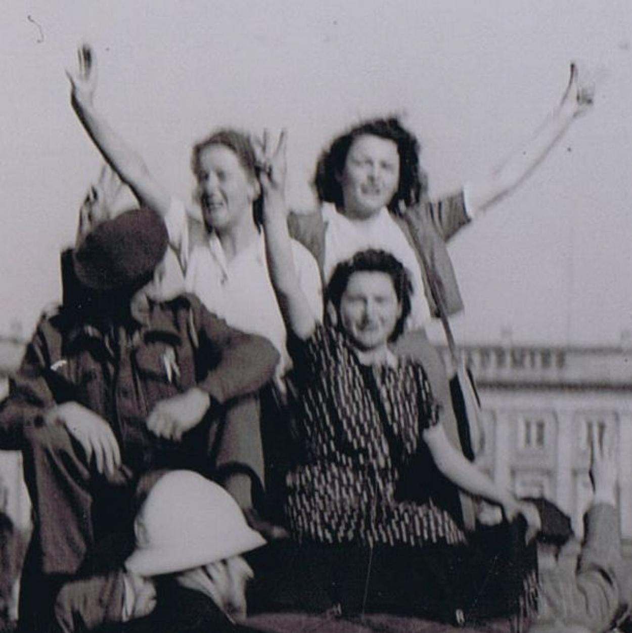 apr-manif-8-5-1945-palais-royal.jpg