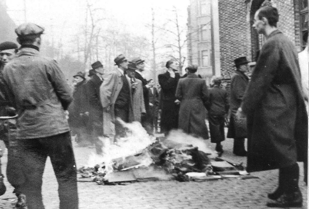 pogrom_d-anvers_-_14_avril_1941_-_autodafA.jpg