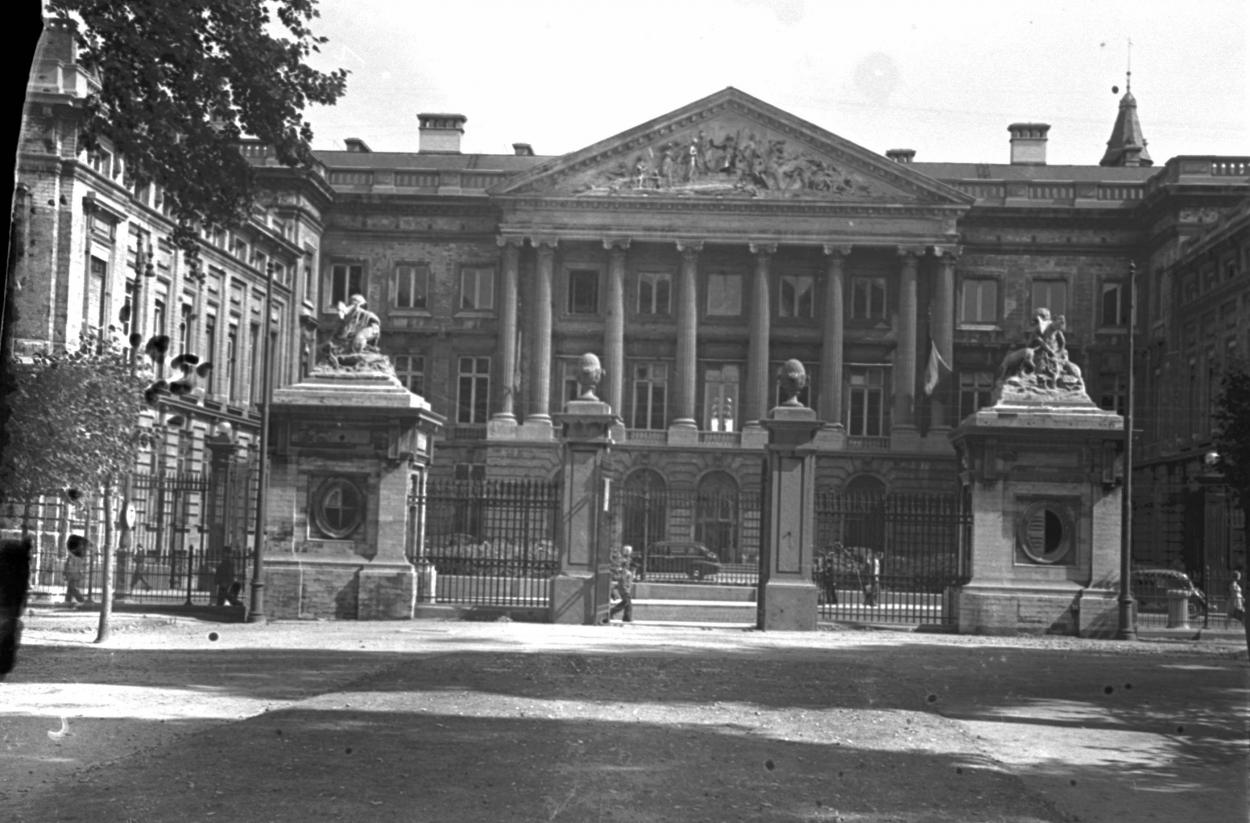 143118-parlement-bruxelles-1944.jpg