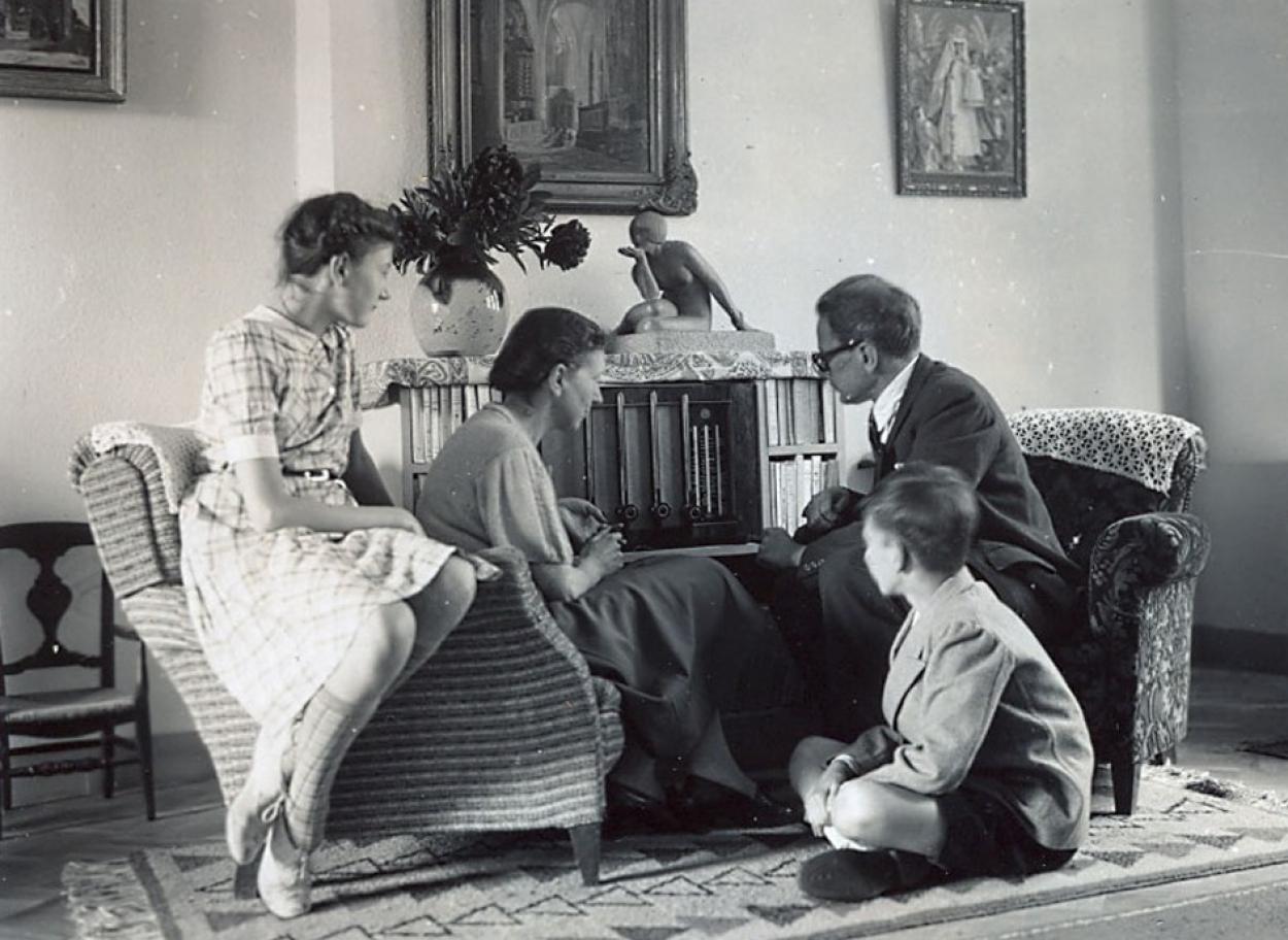 258375-famille-autour-du-poste-de-radio.jpg